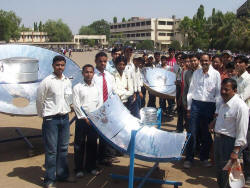 University students served almost 1,000 solar snacks at the Dhule, Maharashtra Energy Day (photo: Ajay Chandak)