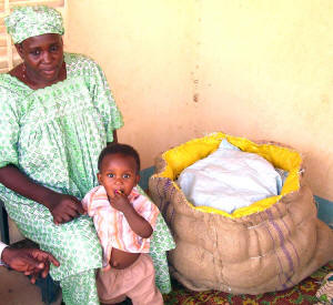 Moustapha Maman�s wife Rakia Maman uses a millet chaff-filled jute bag to insulated a pot of food