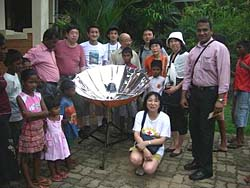 The Sunny Cooker was well received by tsunami survivors in Sri Lanka (Photo: Japan Solar Energy Education Association)