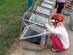A World Environment Day participant checks out Solar Serve's solar box cookers in Danang (Photo: Solar Serve)