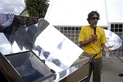 Prof. Paulo Mário Machado de Araujo introduces the solar kitchen concept (Photo: CEES)