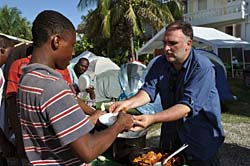 José Andrés serves a solar meal to earthquake survivors in a Port-au-Prince encampment (Photo: Manolo Vílchez)